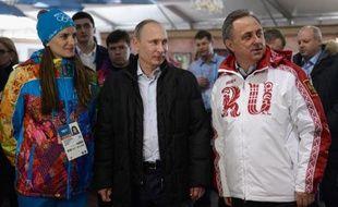 Le président russe Vladimir Poutine a visité mercredi le village olympique de Sotchi au bord de la mer Noire et encouragé les athlètes russes en leur disant que des millions de supporteurs attendaient d'eux de très bons résultats.