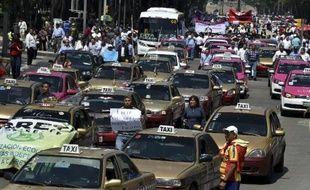 Les chauffeurs de taxi manifestent contre le service de transport Uber dénonçant une concurrence déloyale à Mexico, le 25 mai 2015