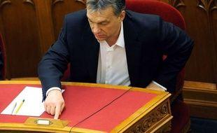 Ignorant les réserves exprimées par l'Europe et les Etats-Unis, le Parlement hongrois, contrôlé par le parti conservateur Fidesz de Viktor Orban, a adopté lundi une nouvelle modification de la Constitution, qui retire l'essentiel de ses compétences à la Cour constitutionnelle.