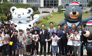 Les mascottes des JO d'hiver de PyeongChang 2018 devant l'Assemblée nationale sud-coréenne, le 12 juin 2017.
