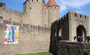 La bâche dévoilée le vendredi 20 avril 2018 sur les remparts de Carcassonne en hommage aux quatre victimes des attentats dans l'Aude.