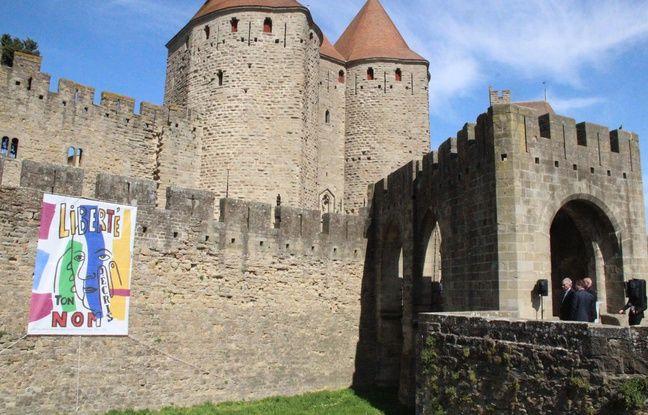 VIDEO. Attentats dans l'Aude: Une bâche déployée sur les remparts de Carcassonne en hommage aux victimes