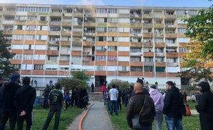 L'intervention des pompiers sur l'immeuble incendié.