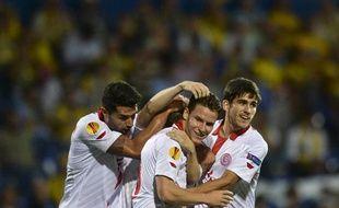 L'attaquant français du FCSéville Kevin Gameiro félicité par ses coéquipiers après un but contre Estoril en Ligue Europa, le 21 septembre 2013.