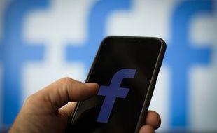 Photo d'illustration du logo de Facebook sur un iPhone