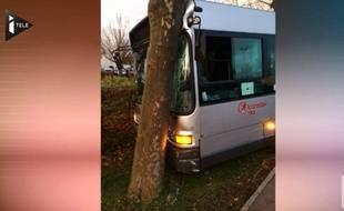 Capture d'écran iTele du bus détourné qui a terminé sa course dans un arbre à Sevran