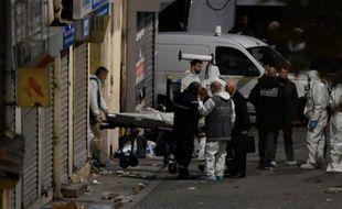 Un corps retiré des décombres après l'assaut dans lequel Hasna Aitboulahcen et Abdelhamid Abaaoud ont été tué le 18 novembre 2015 à Saint-Denis