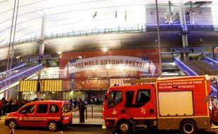 Des secours arrivent au Stade de France à Saint-Denis, après que plusieurs attentats suicides ont fait un mort et 56 blessés, le 13 novembre 2015
