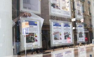 Des annonces immobilières dans une agence à Pantin (Seine-Saint-Denis).