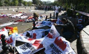 Des corps sans vie recouverts de bannières jonchent le sol le 10 octobre 2015 à Ankara après des attentats meurtriers
