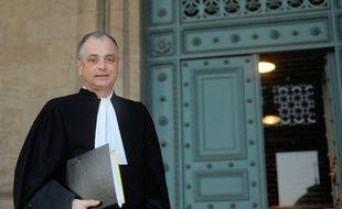 """Me Daniel Picotin, l'avocat de sept membres d'une famille qui vivait sous l'emprise d'un gourou depuis 2001, coupée du monde d'abord à Monflanquin dans le Lot-et-Garonne puis à Oxford en Angleterre, pose le 17 décembre 2009 au Palais de Justice de Bordeaux. Daniel Picotin a annoncé ce jour que ces sept français ont """"été libérés et sont rentrés en France"""". AFP PHOTO JEAN PIERRE MULLER"""