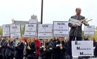 (Illustration) Manifestation de scientologues pour protester contre l'instrumentalisation des magistrats par la Miviludes et la stigmatisation de mouvements religieux, en mai 2012.