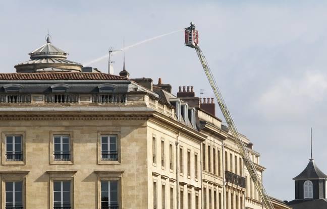 Dimanche matin, les pompiers étaient encore sur place pour éteindre quelques foyers de l'incendie.