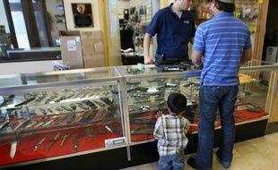 Un homme, accompagné de son fils, achète une arme dans un magasin à Glendale, le 18 avril 2007 en Californie