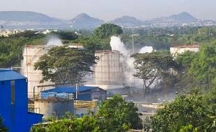 De la fumée s'échappe de l'usine LG Polymers après une fuite de gaz à Visakhapatnam, le 7 mai 2020.
