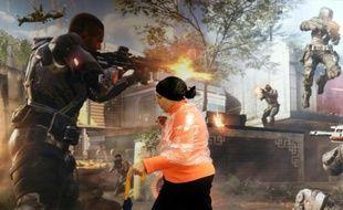 """Une femme passe devant une affiche du jeu vidéo """"Call of Duty: Black Ops III"""" à New York le 19 novembre 2015"""
