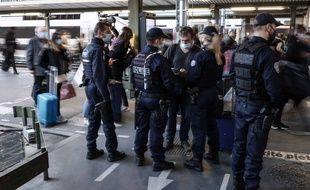 Des contrôles sont effectués à la Gare de Lyon, à Paris, le 27 mars.