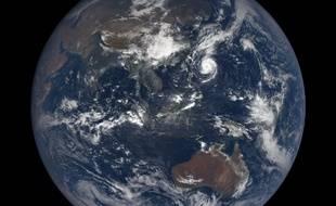 Une photo de la Terre prise par DSCOVR la semaine dernière. «On peut voir le super-typhon Trami se diriger vers Taïwan et le Japon», précise Jean-Pierre Goux.