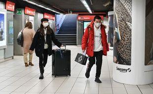 Deux touristes masqués dans le métro de Milan, le 24 février 2020.