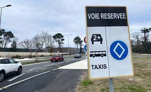 Sur l'avenue Marcel Dassault à Mérignac, une voie est réservée au covoiturage et aux transports en commun