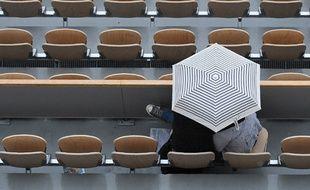 Deux personnes sous un parapluie à Roland-Garros en 2018.