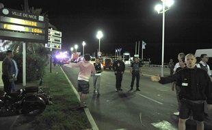 Des rescapés de la scène avec des policiers