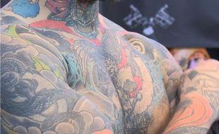 Raf, tatoueur installé à Lausanne, dévoile son corps, le 07 mars 2014 lors du Mondial du tatouage à Paris.