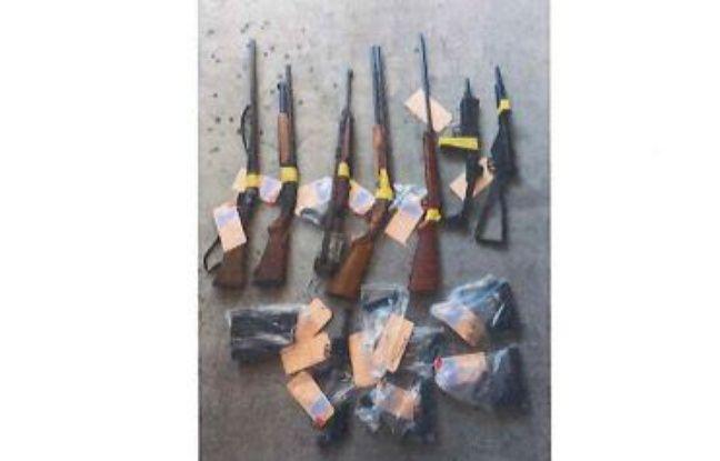 Les enquêteurs ont découvert une soixantaine d'armes de poing et une vingtaine d'armes d'épaule lors des perquisitions