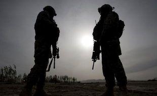 Quatre kamikazes ont attaqué mardi un immeuble officiel dans une capitale provinciale du sud-est de l'Afghanistan, tuant au moins deux policiers, a annoncé le ministère de l'Intérieur dans un communiqué, ajoutant que l'assaut était toujours en cours.