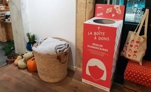 Une boîte à dons pour les produits d'hygiène intime féminins, est disponible au Buro des Possibles à Bordeaux.