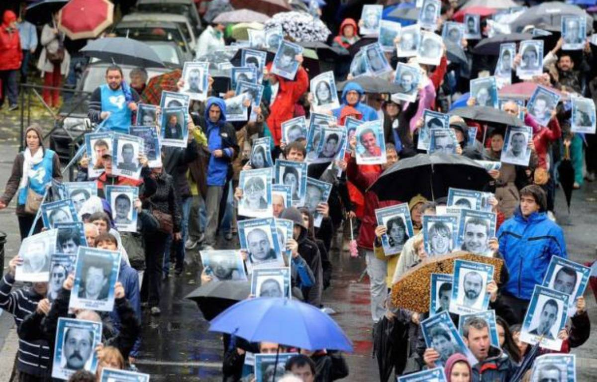 Environ 15.000 personnes ont manifesté samedi à Bayonne dans le plus important rassemblement des dernières années en faveur des droits des prisonniers basques, en particulier leur rapprochement, sur fond d'émotion au Pays basque français après la remise récente à l'Espagne de la militante Aurore Martin. – Jean-Pierre Muller afp.com