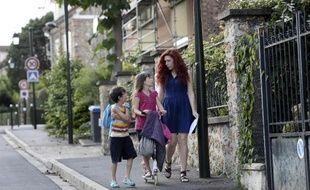 Rosalinda, baby-sitter, garde Ulysse et Rose à Bourg-la-Reine, près de Paris, le 16 juillet 2014