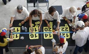 Des Vénézuéliens ont participé dimanche à la consultation symbolique organisée par l'opposition contre le président Maduro