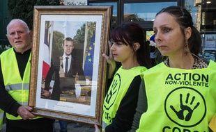 Des militants de l'association ANV COP21 décrochent le portrait de Macron dans la mairie de Cabestany, le 27 février 2019.