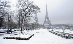 La vigilance orange pour neige et verglas est maintenue dans trois départements: les Côtes-d'Armor, le Finistère, et la Manche, a annoncé soir Météo France dans la nuit de lundi à mardi.