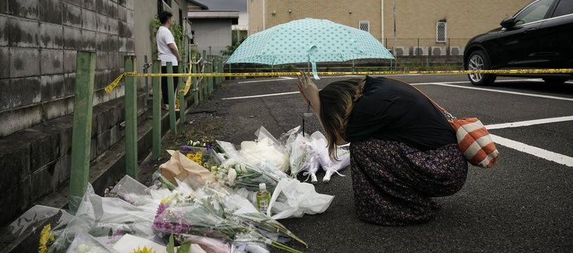 Une femme prie pour la mémoire des victimes de l'incendie de Kyoto Animation, le 19 juillet 2019.