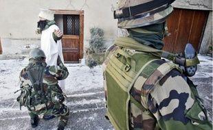 De gauche à droite et de haut en bas: le poste de commandement qui supervise la manœuvre à 30 minutes du théâtre des opérations; les patrouilles de surveillance dans les rues de ce pseudo-village afghan; la shura, une réunion entre civils et militaires; les troupes apportent les premiers secours aux faux blessés d'un attentat sanglant.