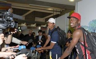 Christopher Jullien (casquette blanche) et Paul Pogba à l'aéroport de Roissy-Charles-de-Gaulle le 14 juillet 2013, au lendemain du succès de l'équipe de France U20 lors de la Coupe du monde en Turquie.