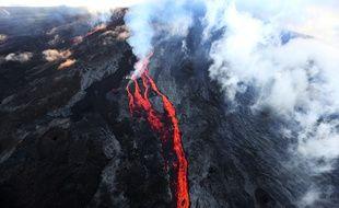 Photo d'archives montrant le Piton de la Fournaise en éruption, le 17 mai 2015, à La Réunion.