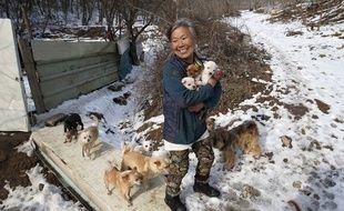 Depuis plus de 26 ans, cette Sud-Coréenne sauve et recueille des chiots errants ou destinés à être mangés dans des restaurants.