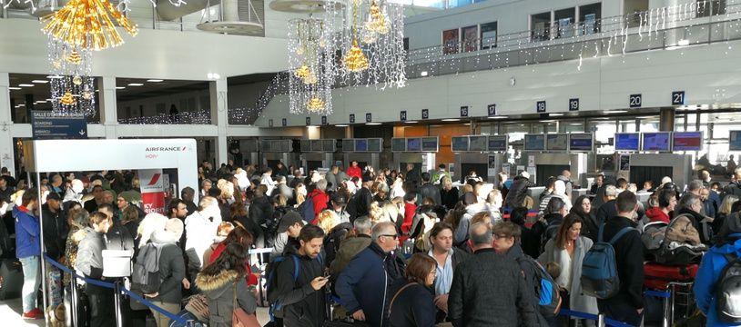 Des passagers attendent leur vol à l'aéroport de Bastia après la fermeture de l'aéroport d'Ajaccio samedi 21 décembre 2019.