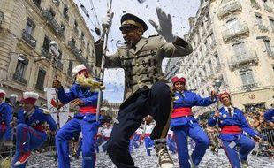 4.500 danseurs amateurs ont défilé dimanche dans les rues de Lyon sur le thème de la paix pour le défilé de la biennale de la danse. (Photo by PHILIPPE DESMAZES / AFP)