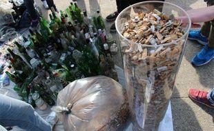 En une heure et demie, une centaine de membres de l'ONG Surfrider Foundation ont ramassé des mégots et bouteilles de verre à la pelle.