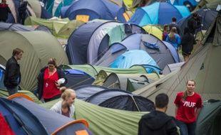 Des Jeunes travaillistes installent des tentes sur l'île d'Utøya en Norvège, le 7 août 2015