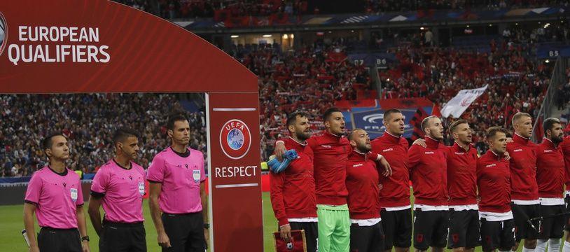 Les Albanais ont attendu que leur hymne soit joué avant de se rendre sur le terrain