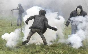 Des défenseurs de la ZAD de Notre-Dame-des-Landes face aux gendarmes.