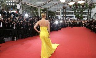 Charlize Theron sur le tapis rouge pour Mad Max en sélection officielle, mais hors compétition