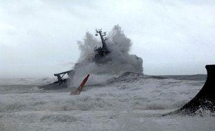 Un batiment dans la Passe de Tahiti dans la mer agitee par l'arrivee du cyclone «Oli» qui sevit sur les iles de la Société. Le 4 février 2010