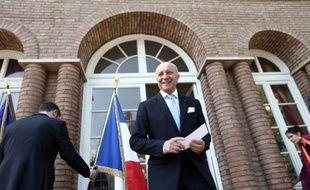 Le ministre français des Affaires étrangères, Laurent Fabius, à l'ambassade de France à Téhéran, peu après son arrivée en Iran, le 29 juillet 2015