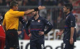 Jérémy Toulalan en discussion avec l'arbitre M. Rosetti après son expulsion en demi finale de Ligue des Champions, le 21 avril à Munich